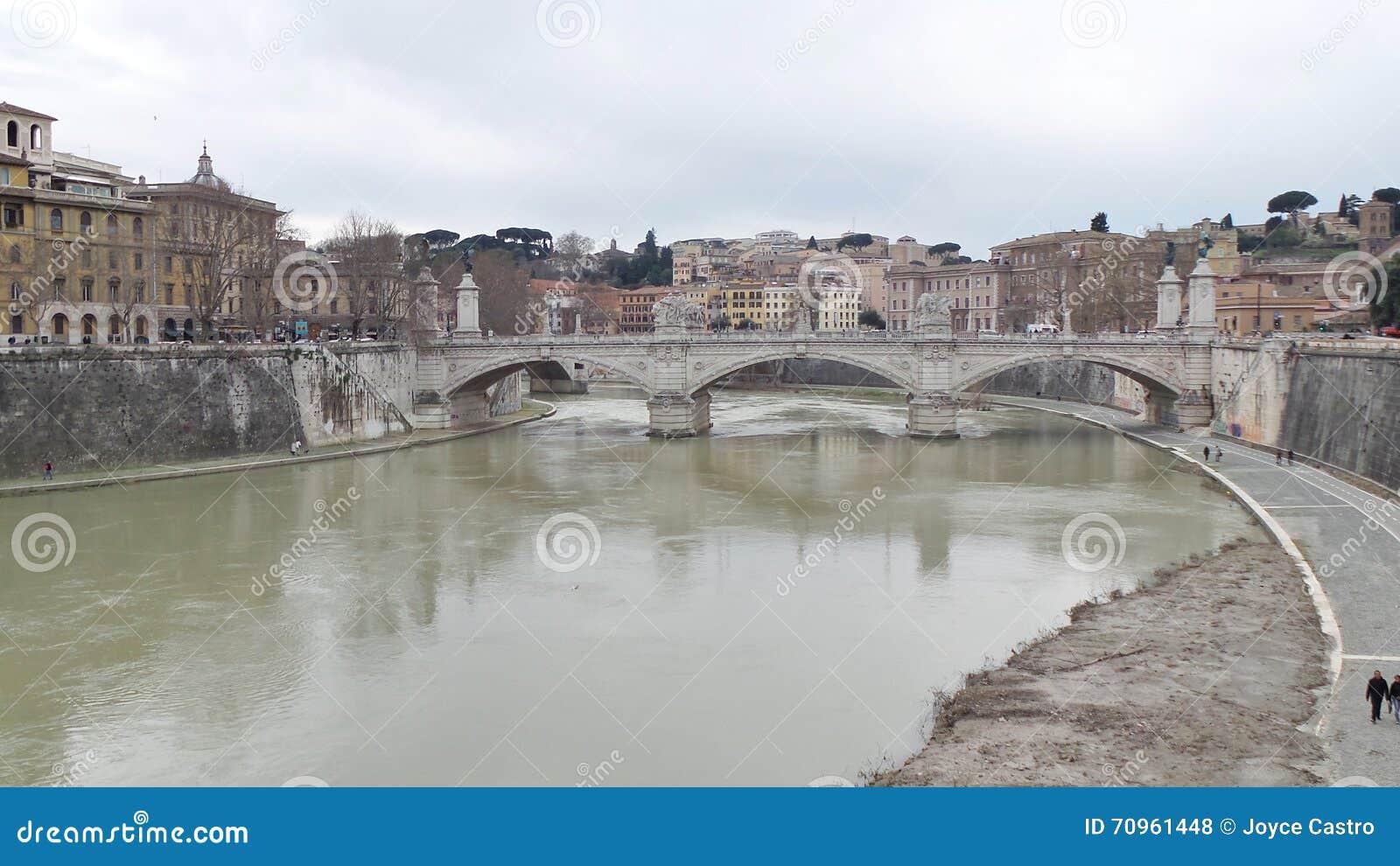Αρχαία γέφυρα πέρα από τον ποταμό Tiber