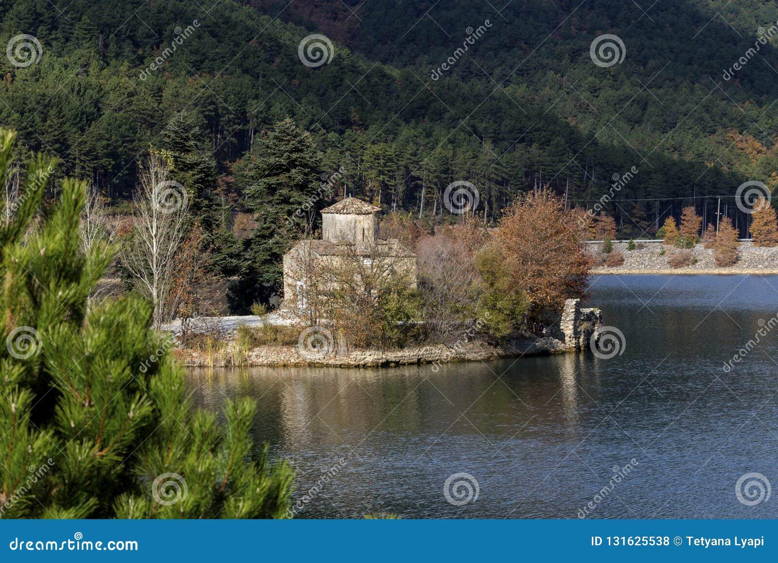 Αρχαία εκκλησία Άγιος Fanourios στη λίμνη Doxa Ελλάδα, περιοχή Corinthia, Πελοπόννησος σε ένα φθινόπωρο, ηλιόλουστη ημέρα