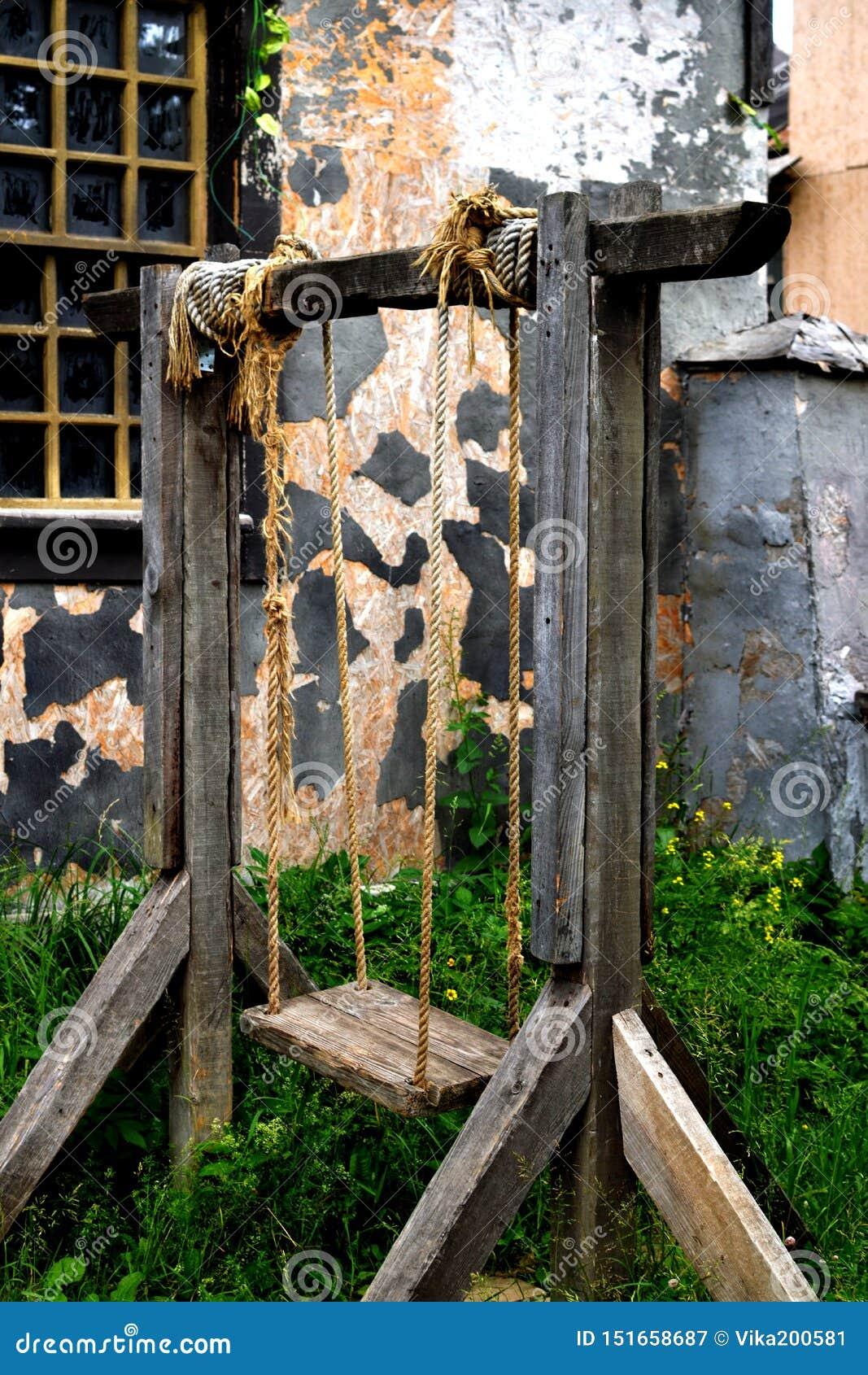 Αρχαία ξύλινη ταλάντευση στα σχοινιά