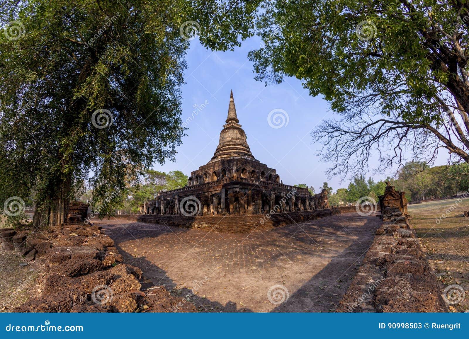 Αρχαία παγόδα με τα συνημμένα αγάλματα ελεφάντων σε Wat Chang Lom α