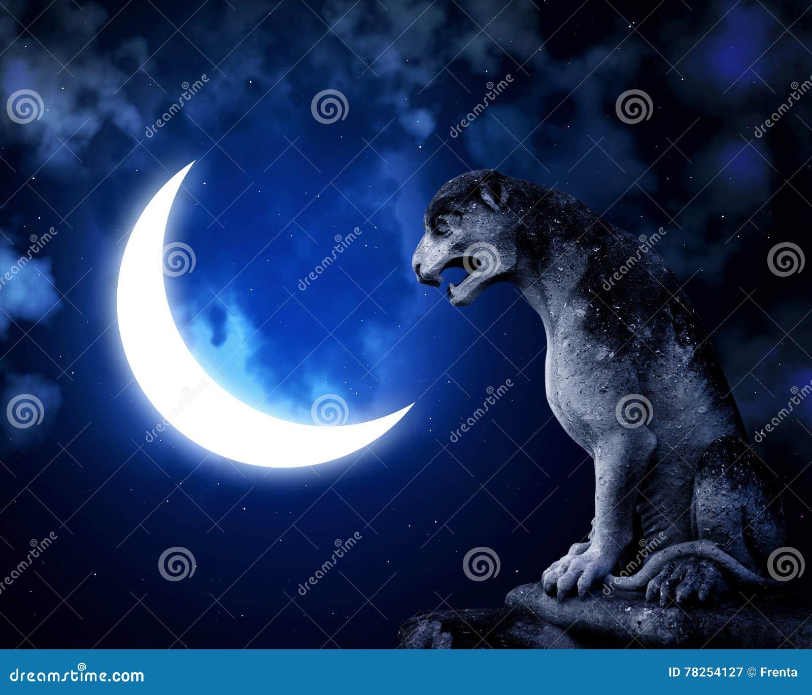 Αρχαίες άγαλμα και ημισέληνος λιονταριών στο υπόβαθρο νυχτερινού ουρανού