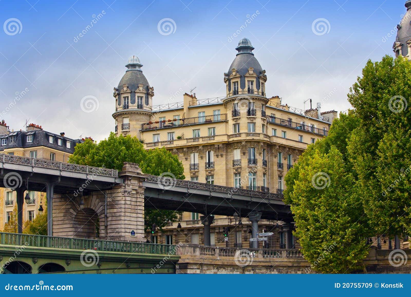 αρχαίο πίσω σπίτι Παρίσι γεφ