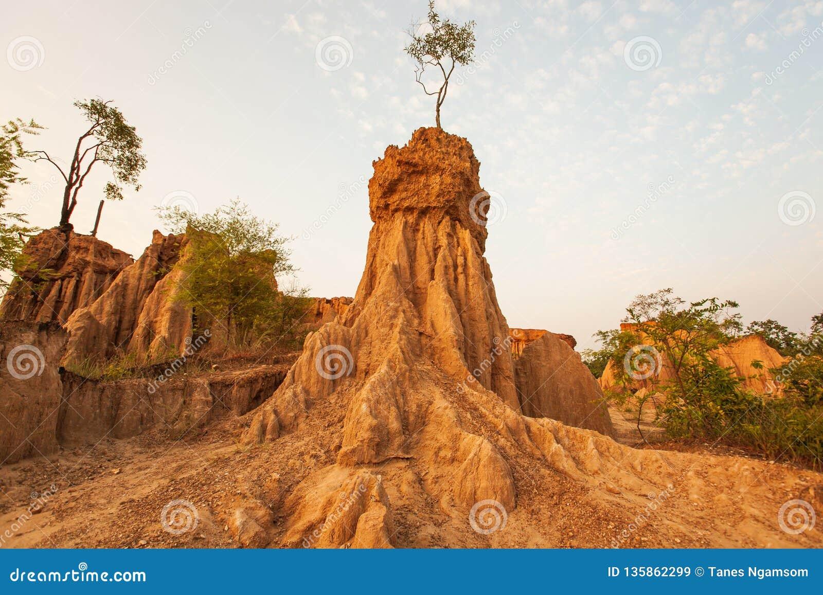 Αρχαίο φυσικό τοπίο στο ηλιοβασίλεμα Η περιοχή NA Noi Σάο DIN επιδεικνύει το γραφικό τοπίο των διαβρωμένων στυλοβατών ψαμμίτη, πα