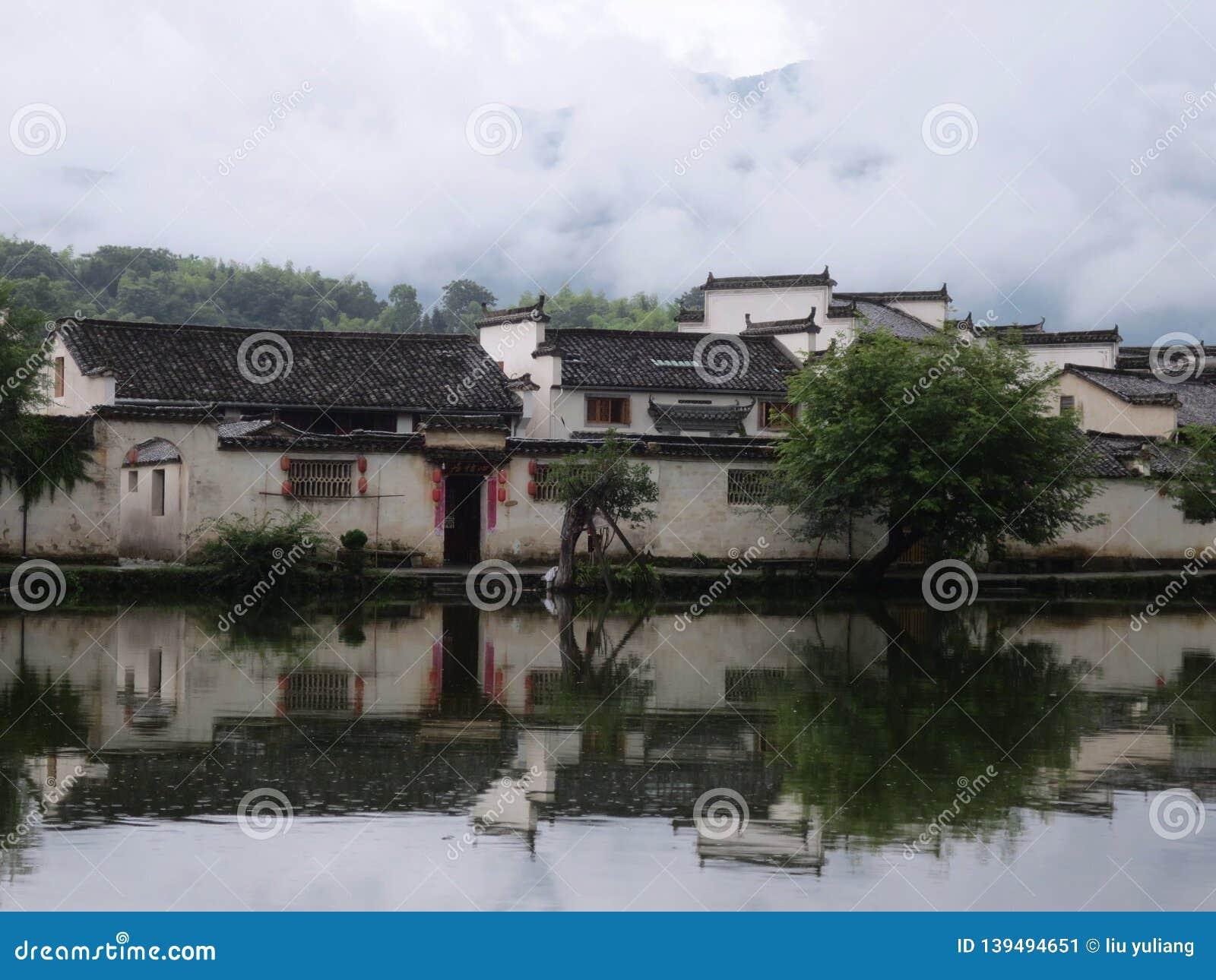 Αρχαίο χωριό Huizhou μεταξύ των βουνών και των ποταμών