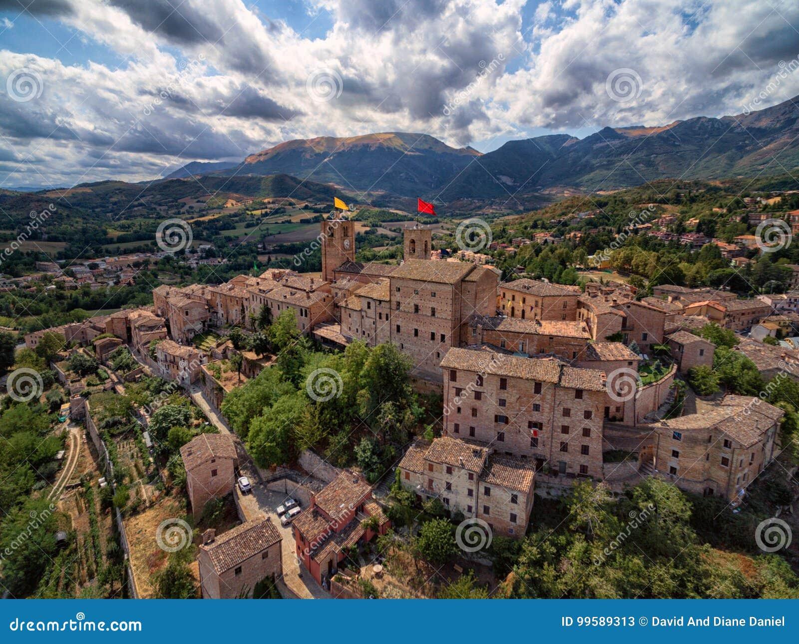 Αρχαίο χωριό Sarnano, Ιταλία, Marche - εναέρια άποψη