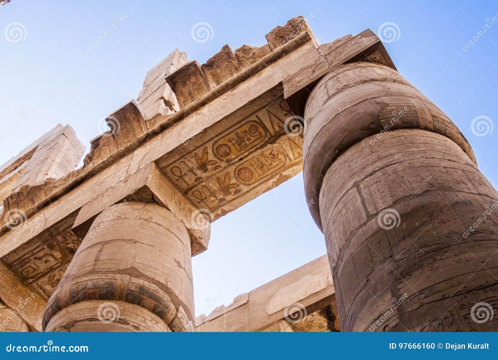Αρχαίο hieroglyphics στους στυλοβάτες του ναού Karnak