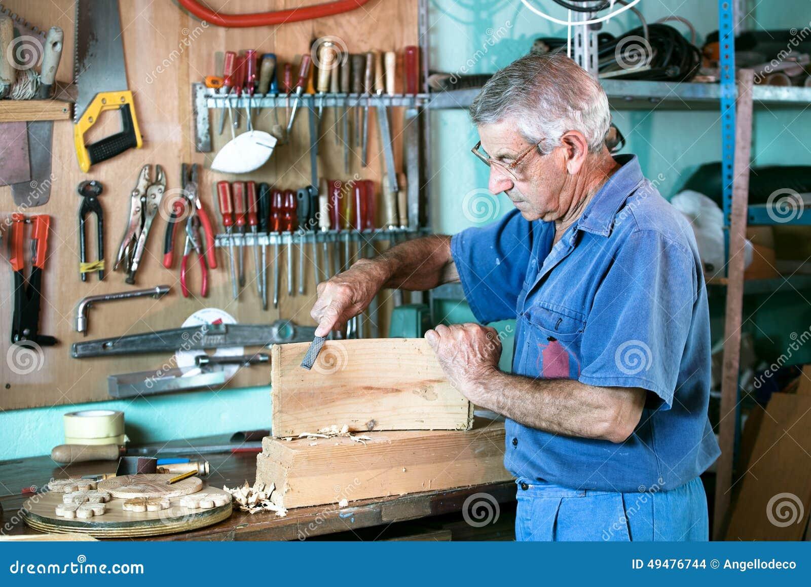Αρχειοθέτηση επιπλοποιών στον πάγκο στο γκαράζ στο σπίτι