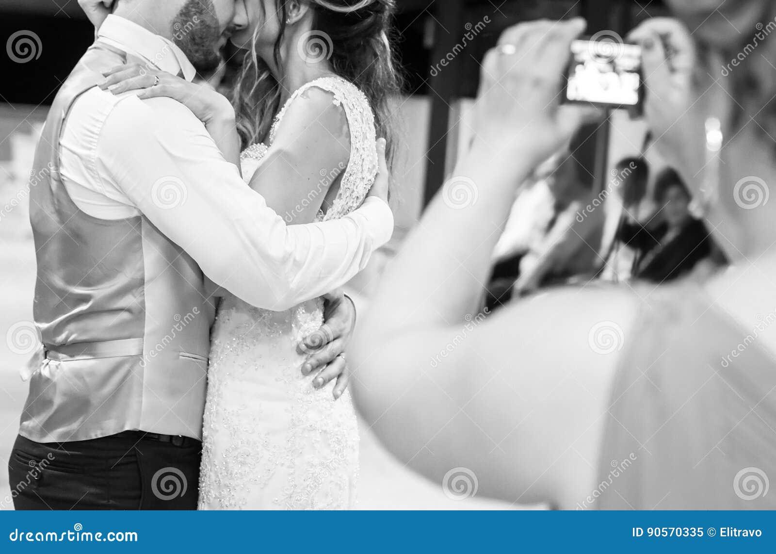Αρχικά χορεψτε η νύφη και ο νεόνυμφος στον καπνό