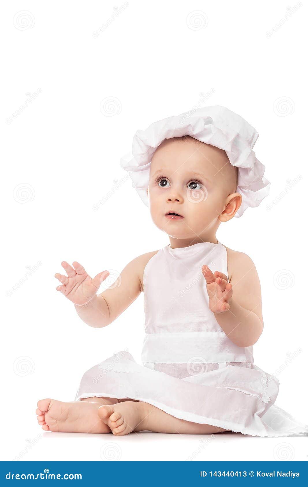 αρχιμάγειρας λίγα Λατρευτό μωρό με το καπέλο μαγείρων Απομονωμένος στο λευκό Παιχνίδι μικρών παιδιών μεγάλο ψήφισμα μεγέθους Έμβλ