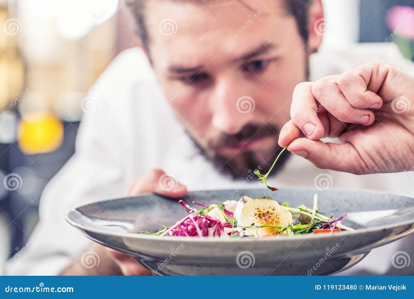 Αρχιμάγειρας στην κουζίνα ξενοδοχείων ή εστιατορίων που προετοιμάζει τα τρόφιμα