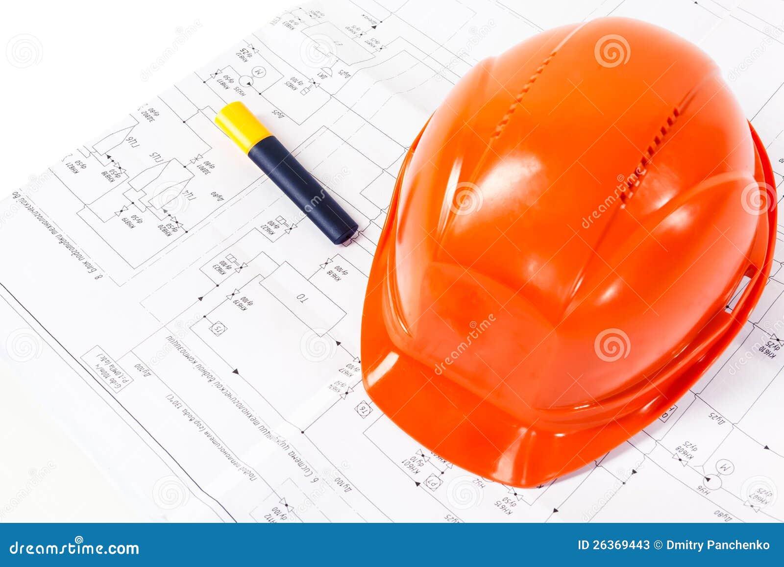 Αρχιτεκτονικά σχέδια και πορτοκαλί κράνος