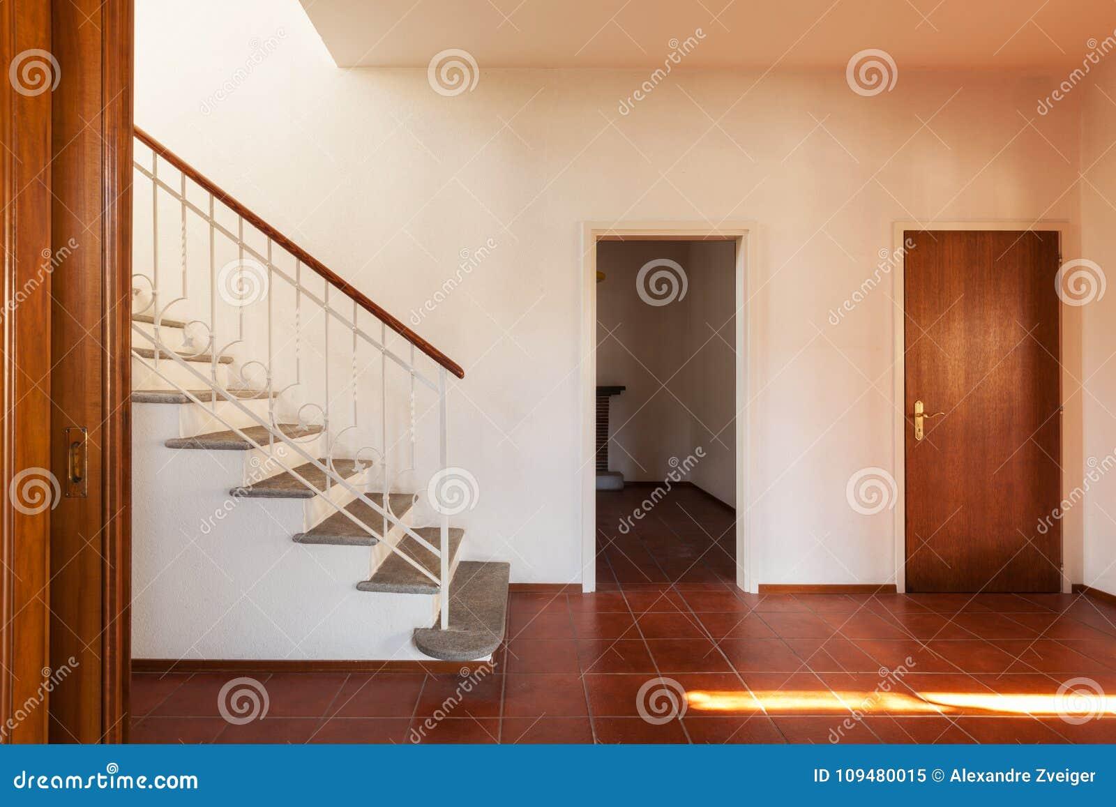 Αρχιτεκτονική, παλαιό κλασικό εσωτερικό σπιτιών, διάδρομος με το stairca