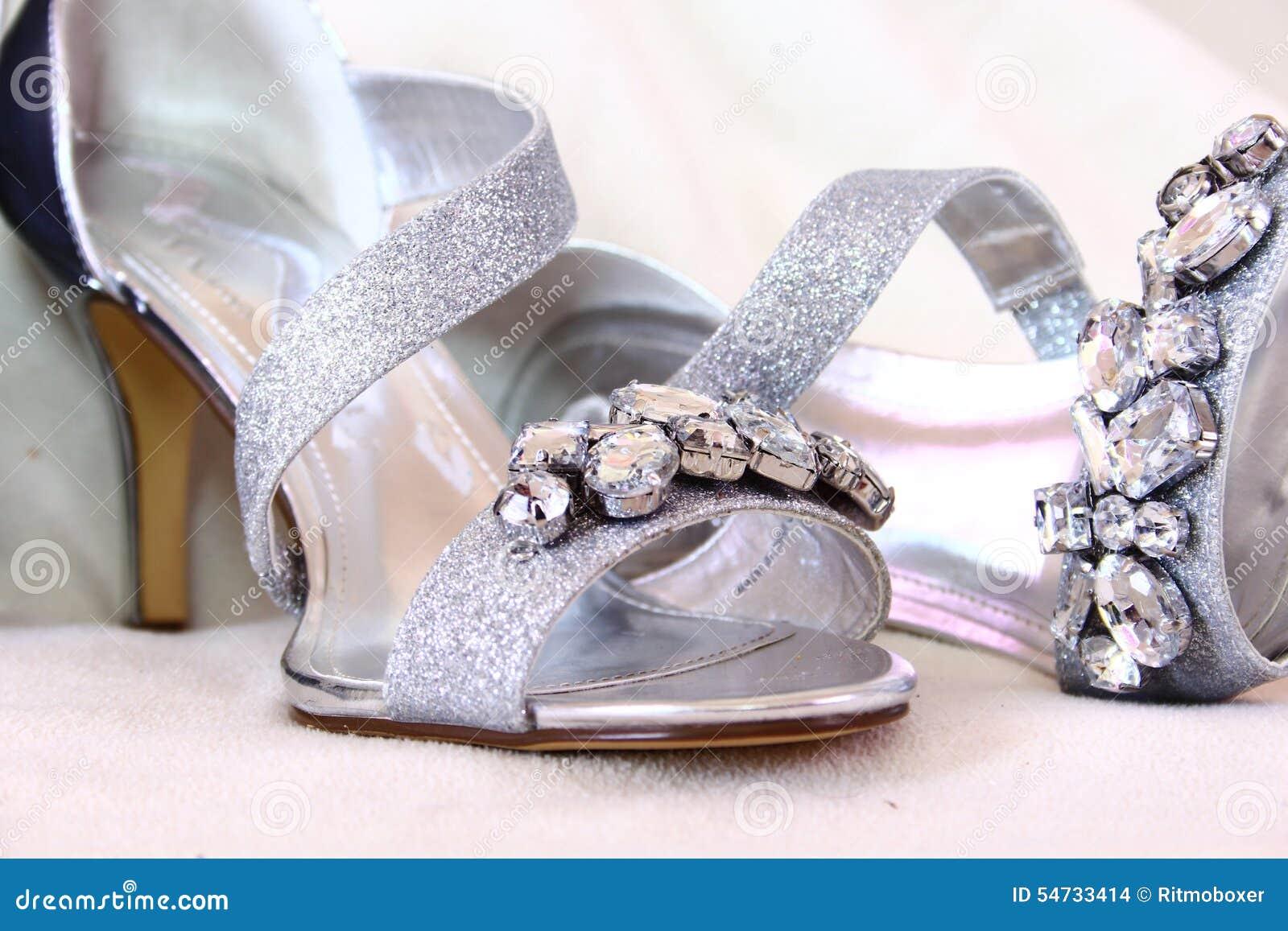c2c5e74f37b Ασημένια γυναικεία παπούτσια με Rhinestones Στοκ Εικόνες - εικόνα ...