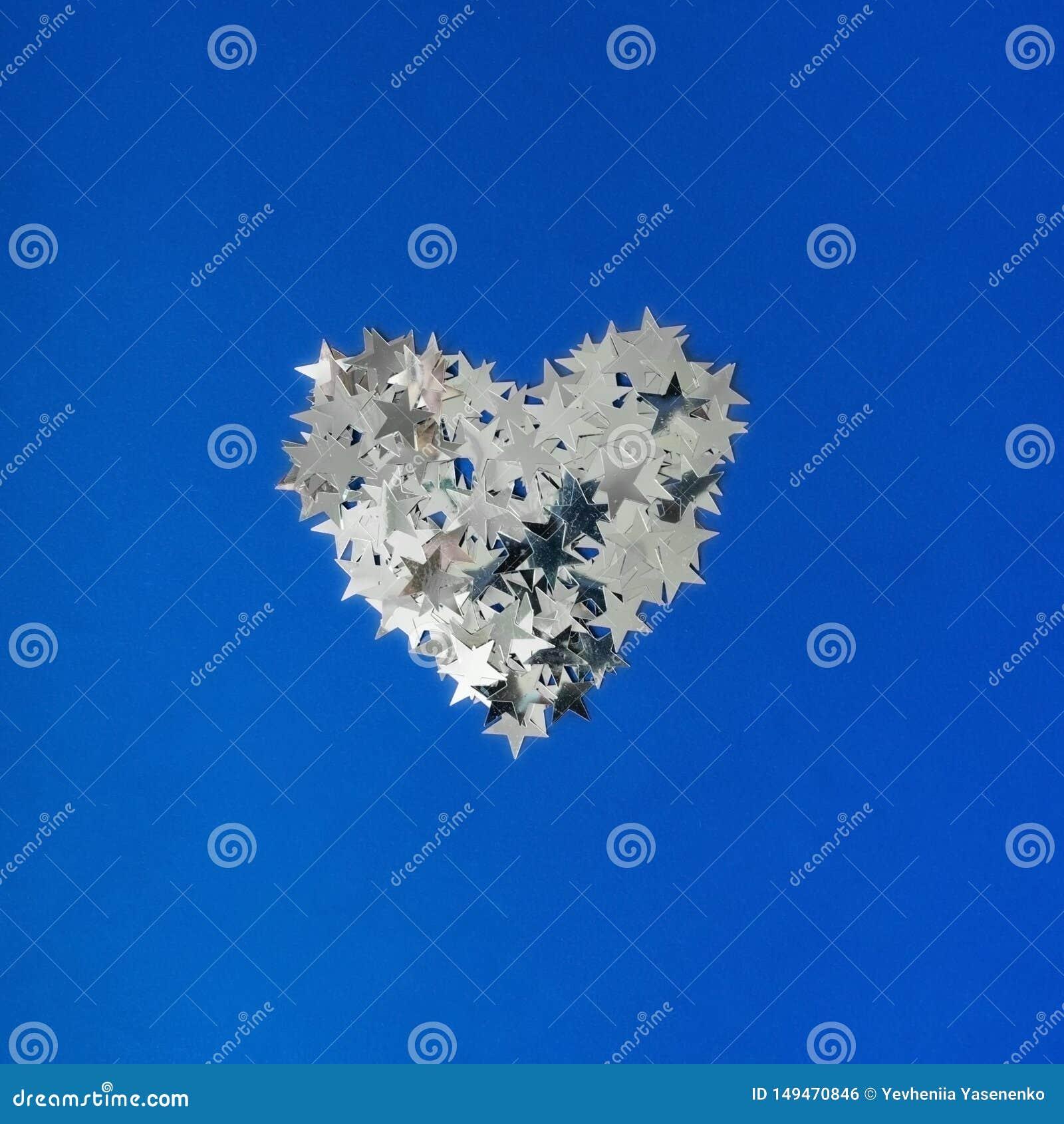 Ασημένια καρδιά σε ένα μπλε υπόβαθρο
