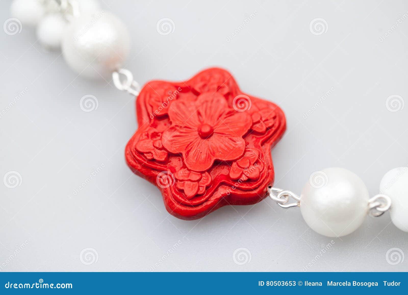 Ασημένια κοσμήματα με τους ζωηρόχρωμους πολύτιμους λίθους