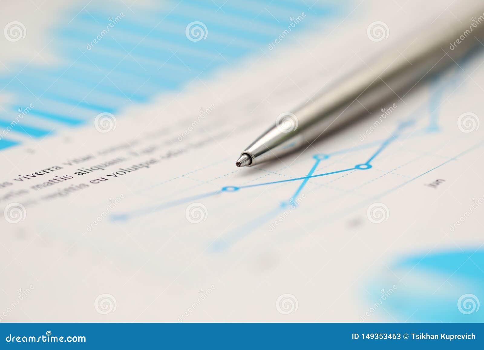 Ασημένια μάνδρα που ξαπλώνει στο σημαντικό έγγραφο στατιστικής στον κενό λειτουργώντας πίνακα