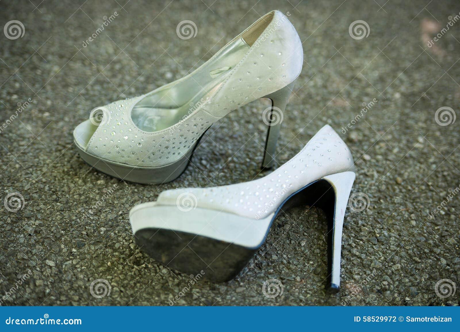 d09cd93b1dc Ασημένια παπούτσια γυναικών με τα υψηλά τακούνια στο πάτωμα. Οι Σχεδιαστές  Επέλεξαν Επίσης αυτές τις Στοκ Φωτογραφίες