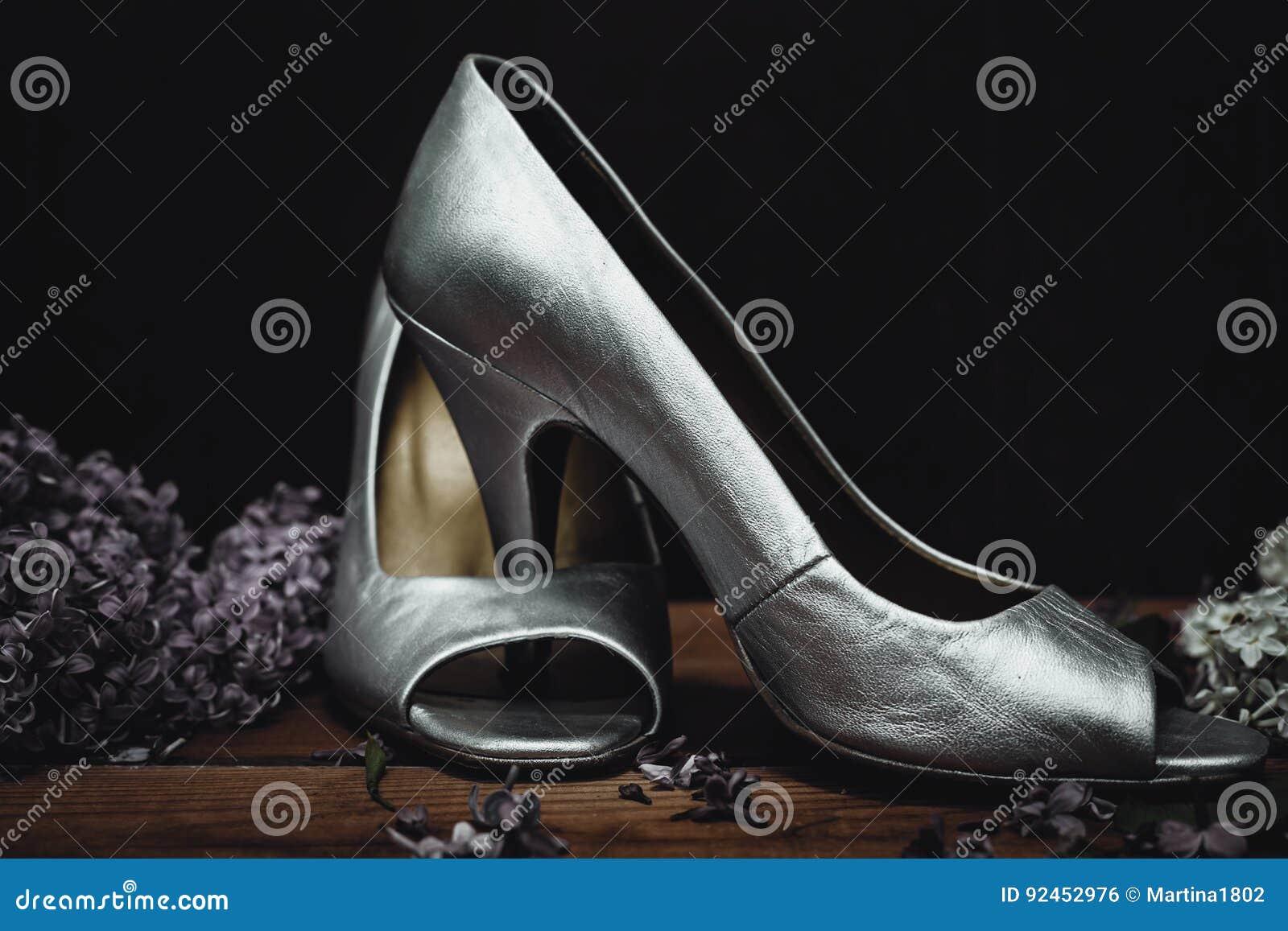 d82b214fc79 Ασημένια παπούτσια τακουνιών γαμήλιων παπουτσιών υψηλά Στοκ Εικόνες ...