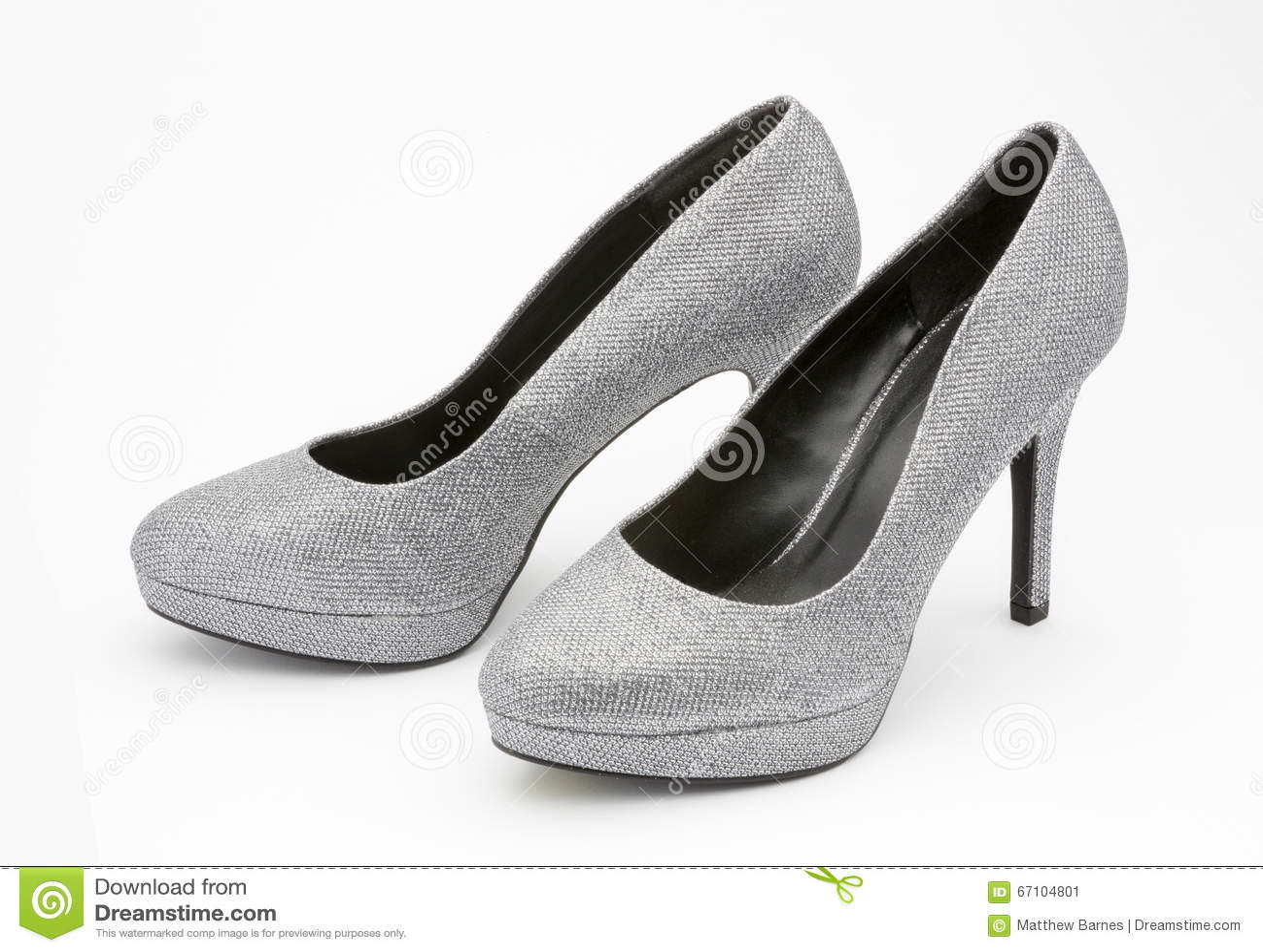 e1af0da640f Ασημένια υψηλά βαλμένα τακούνια παπούτσια glittery που απομονώνονται σε ένα  άσπρο υπόβαθρο