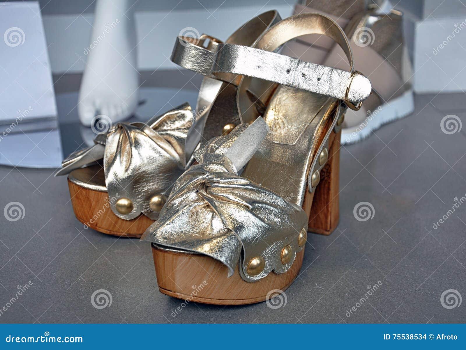 be5b69c9f14 Ασημένια υψηλά σανδάλια τακουνιών Στοκ Εικόνες - εικόνα από ...