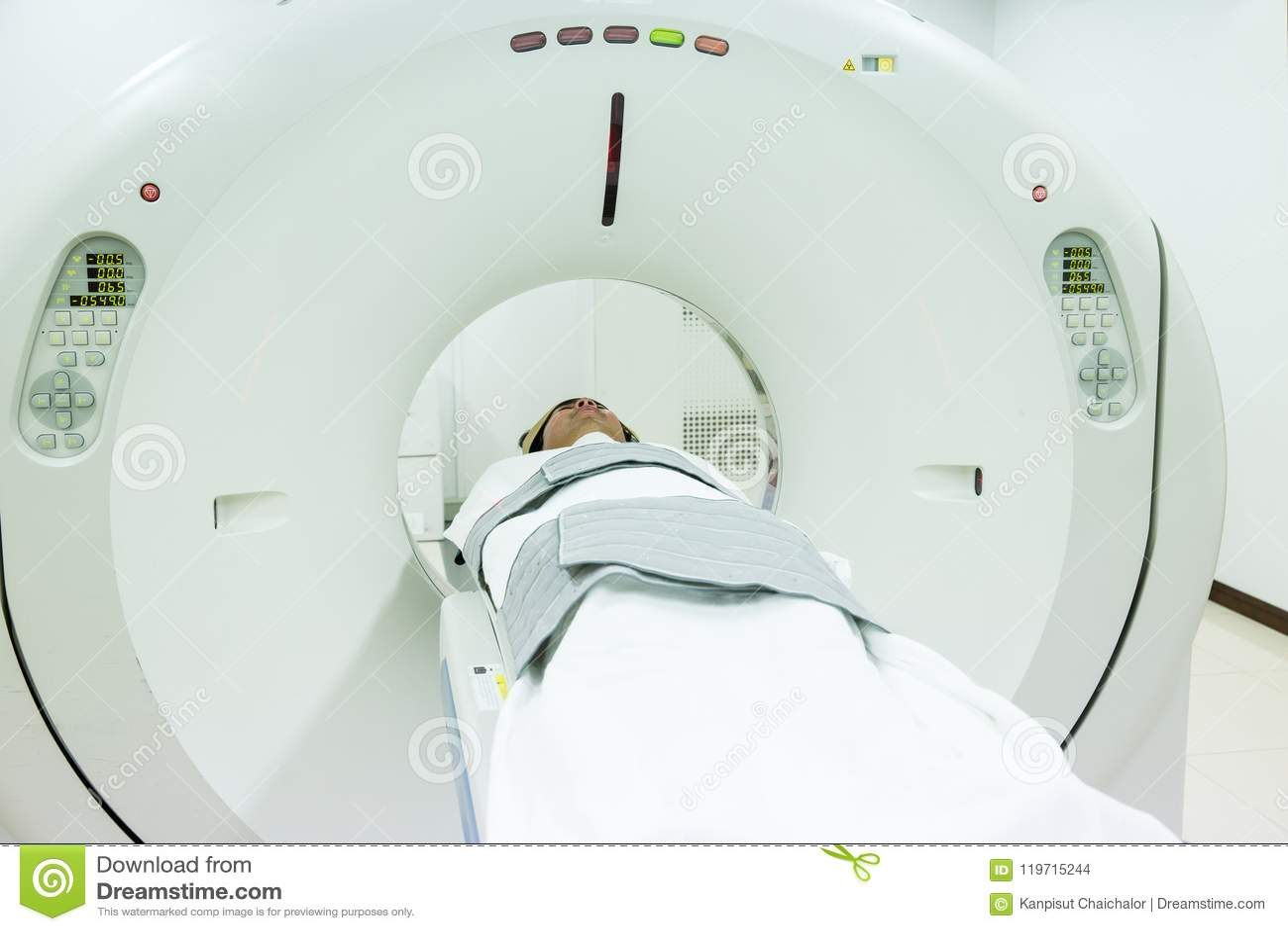 Ασθενείς που καλύπτουν στον ανιχνευτή CT Άτομο που υποβάλλεται στην ανίχνευση CT ενώ γιατρός ` s που χρησιμοποιεί τους υπολογιστέ