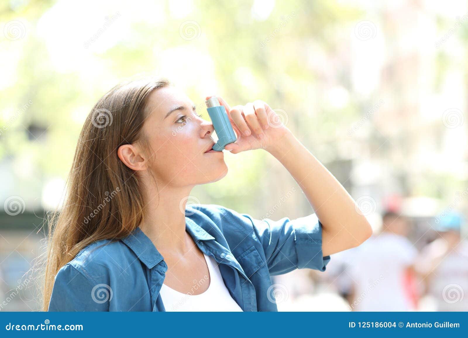 Ασθματική γυναίκα που χρησιμοποιεί inhaler υπαίθρια