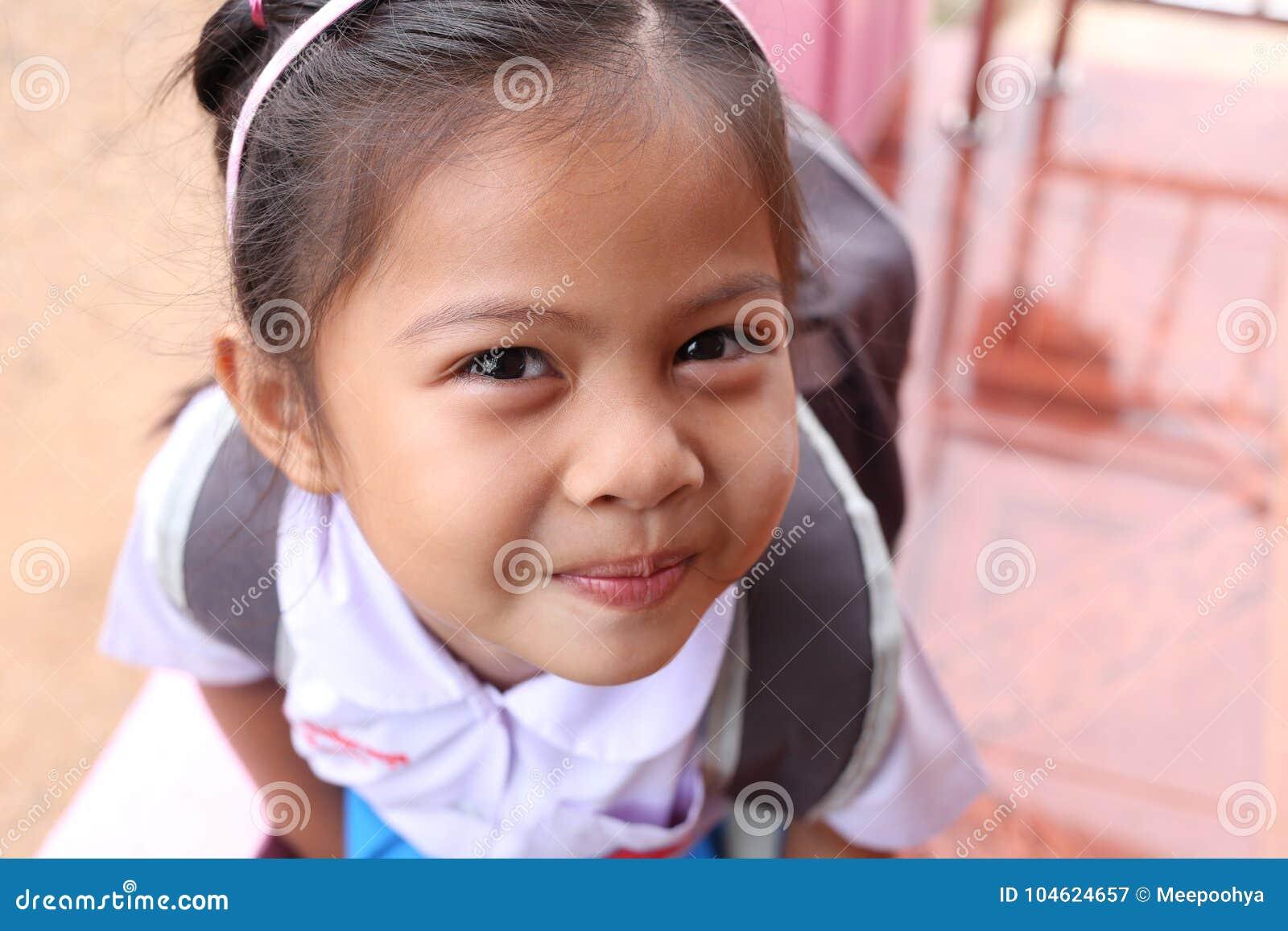 Ασιατικά παιδιά και καλός χαριτωμένος στη σχολική στολή