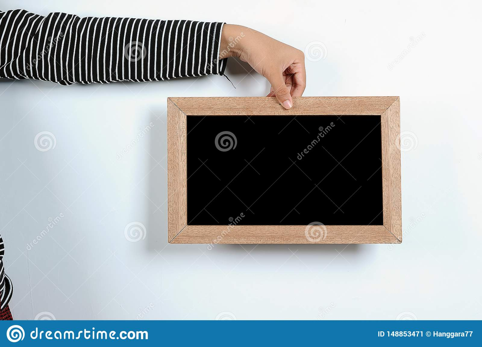 Ασιατικά χέρια γυναικών που κρατούν τον πίνακα