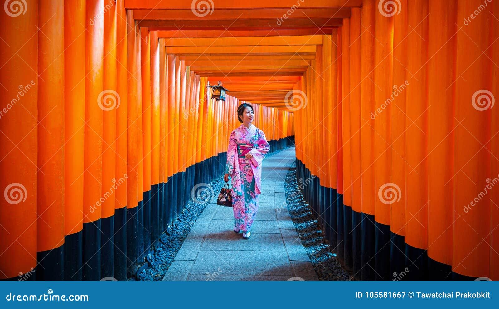 Ασιατικές γυναίκες στα παραδοσιακά ιαπωνικά κιμονό στη λάρνακα Fushimi Inari στο Κιότο, Ιαπωνία