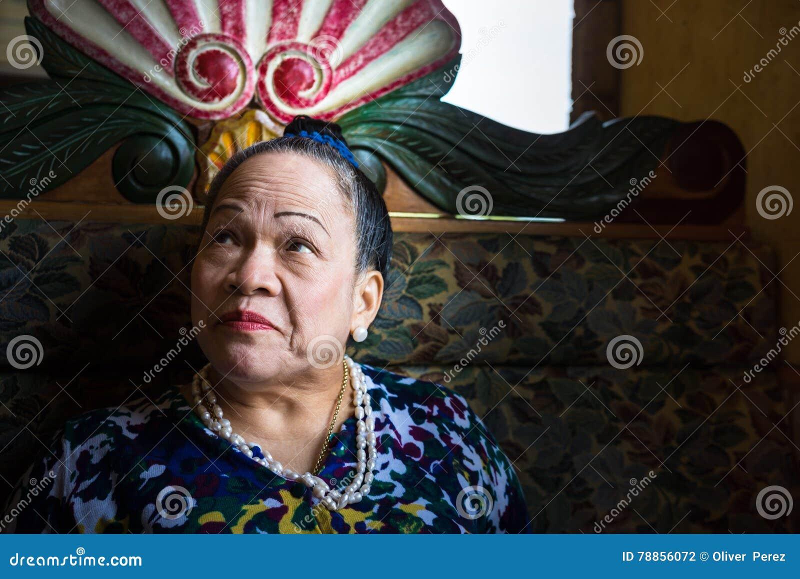 Ασιατική ανώτερη γυναίκα που ανατρέχει