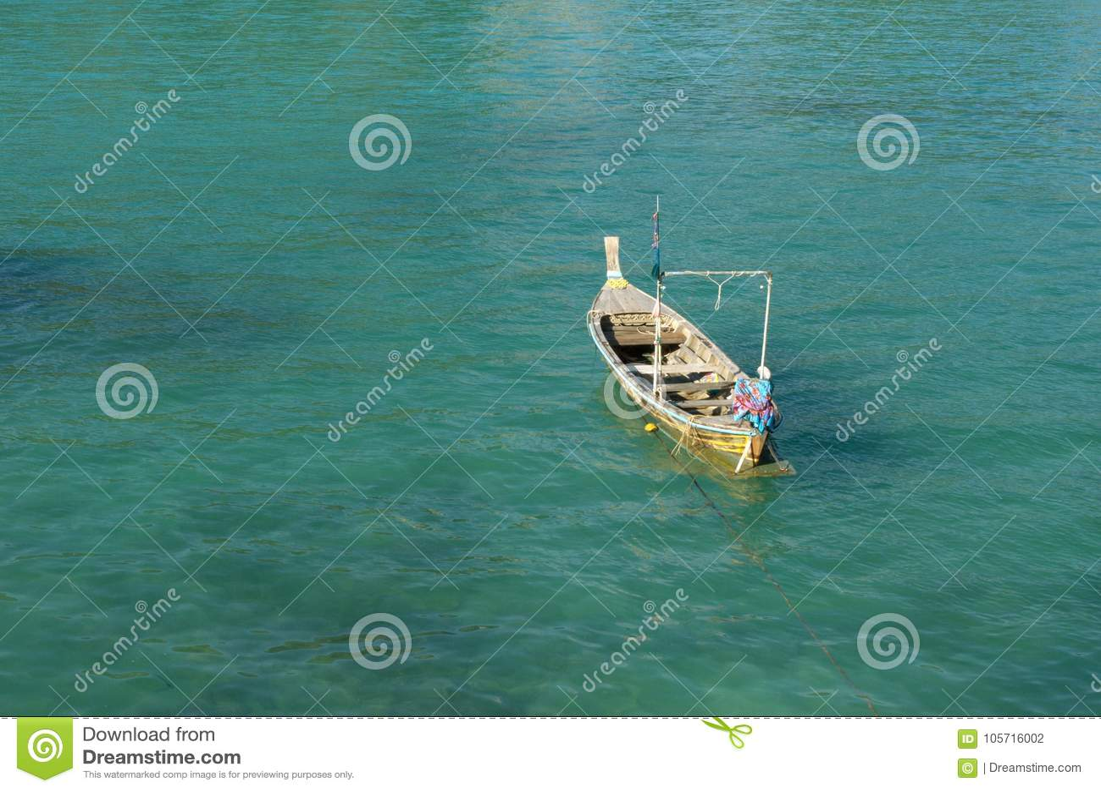 Ασιατική βάρκα στη θάλασσα