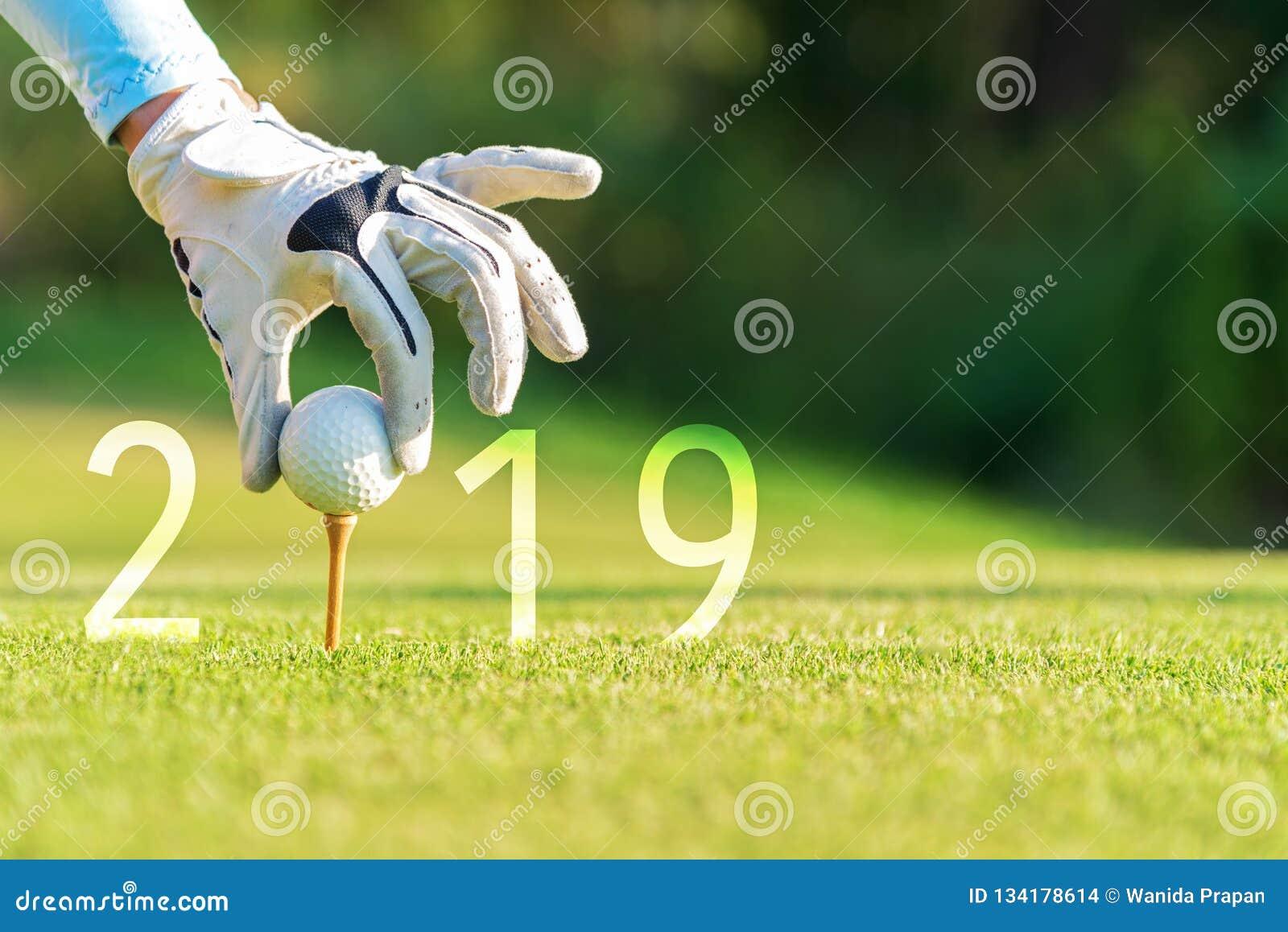 Ασιατική γυναίκα παικτών γκολφ που βάζει τη σφαίρα γκολφ για καλή χρονιά 2019 στο πράσινο γκολφ, διάστημα αντιγράφων