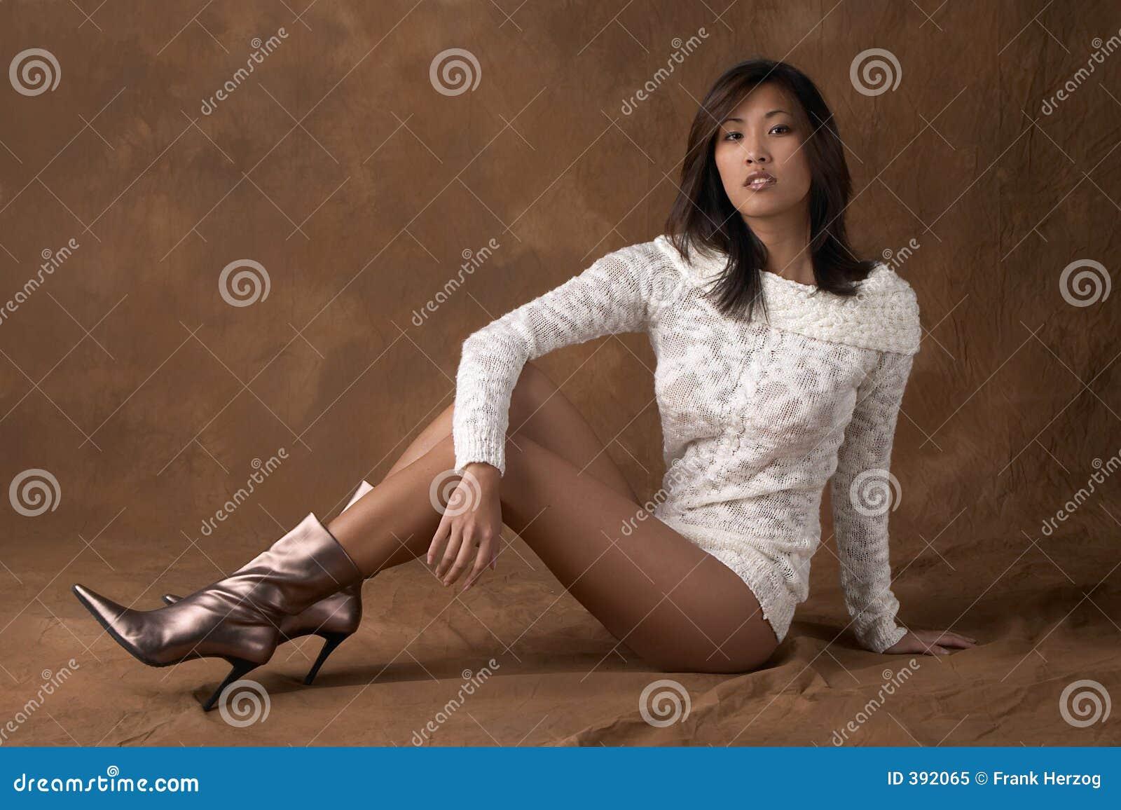 ασιατική γυναίκα πουλόβερ μποτών