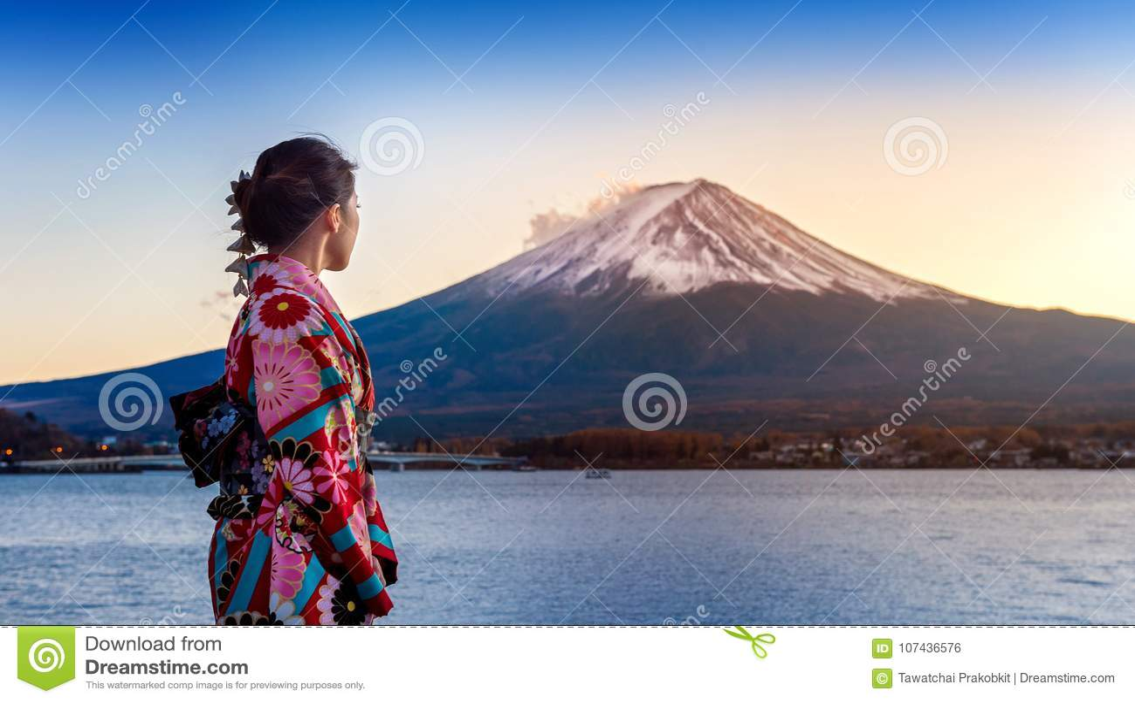Ασιατική γυναίκα που φορά το ιαπωνικό παραδοσιακό κιμονό στο βουνό του Φούτζι Ηλιοβασίλεμα στη λίμνη Kawaguchiko στην Ιαπωνία