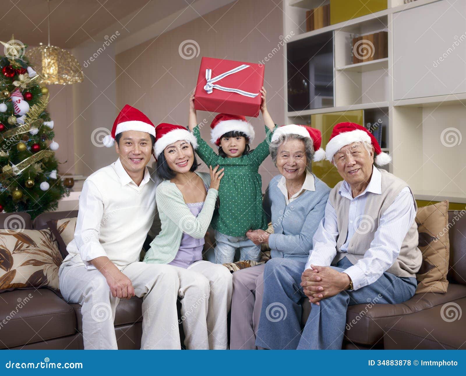 Ασιατική οικογένεια με τα καπέλα Χριστουγέννων
