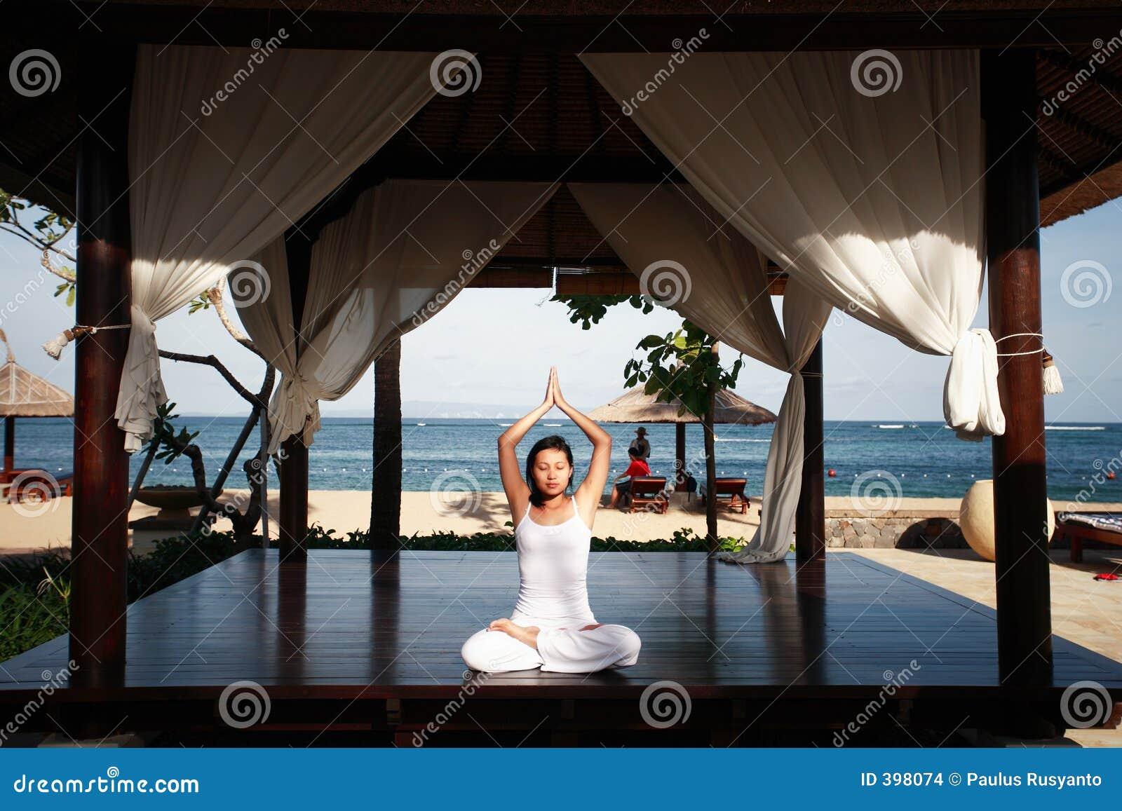 ασιατική meditating γυναίκα παρα&lambd