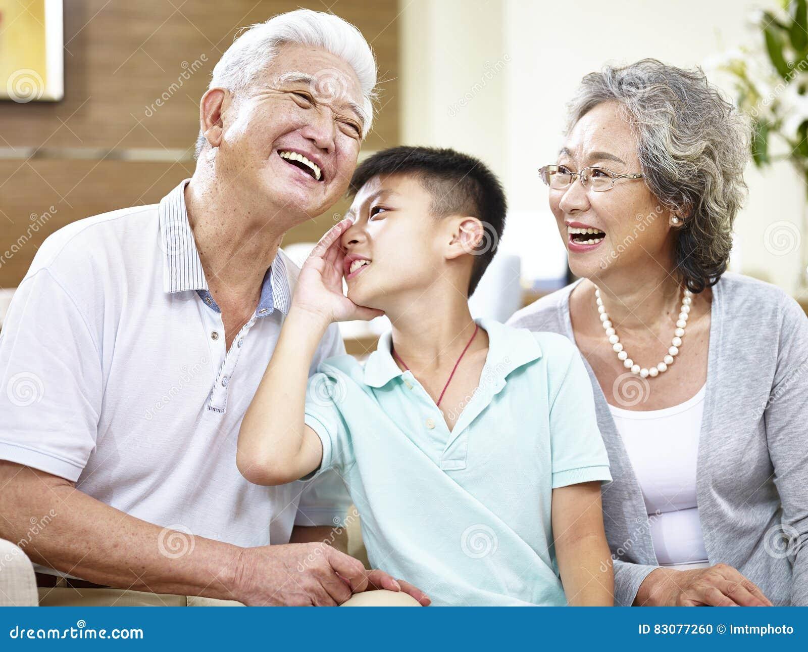Ασιατικοί μεγάλοι γονείς και εγγόνι που έχουν τη διασκέδαση