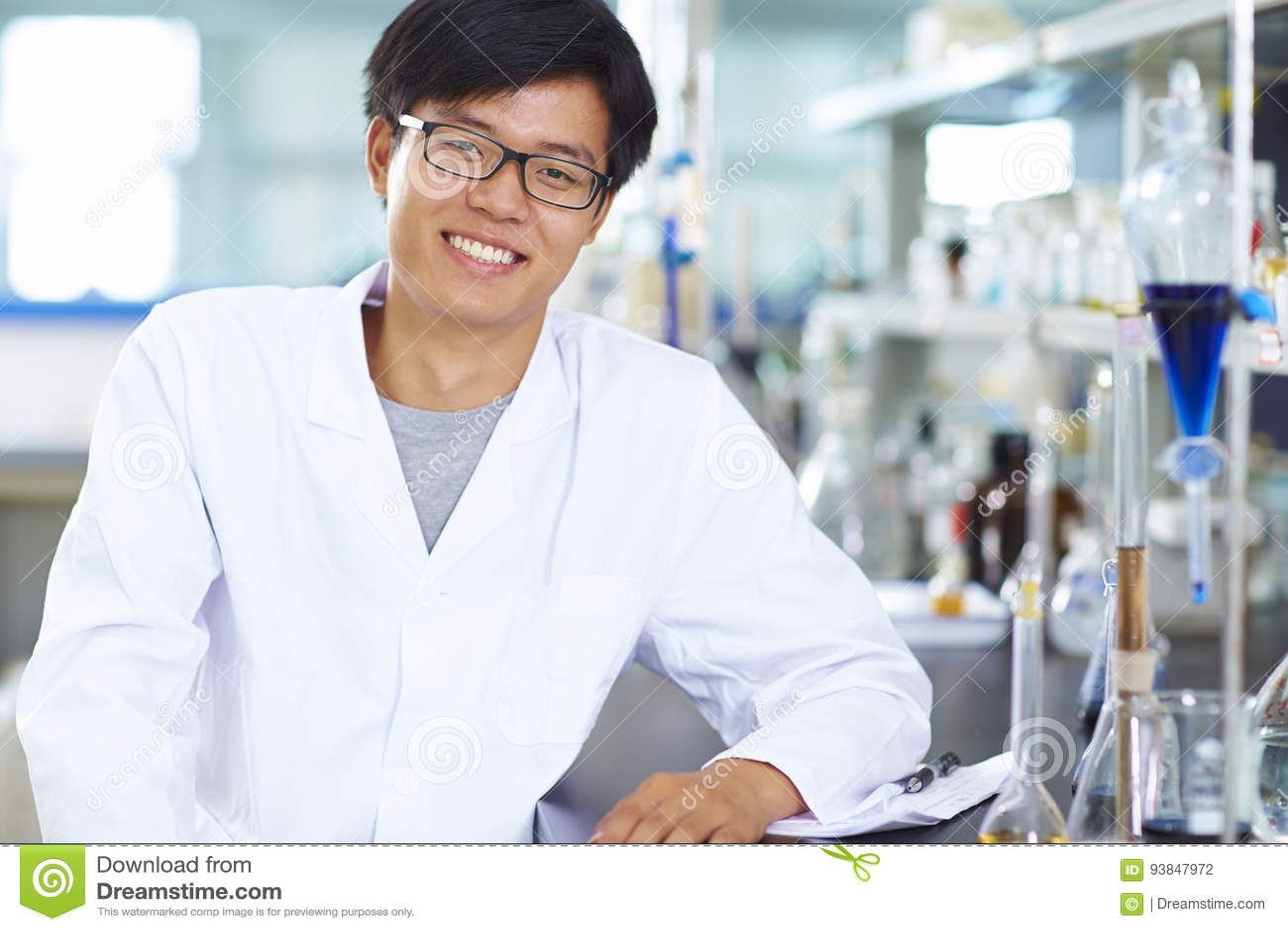 Ασιατικός εργαστηριακός επιστήμονας που εργάζεται στο εργαστήριο με τους σωλήνες δοκιμής