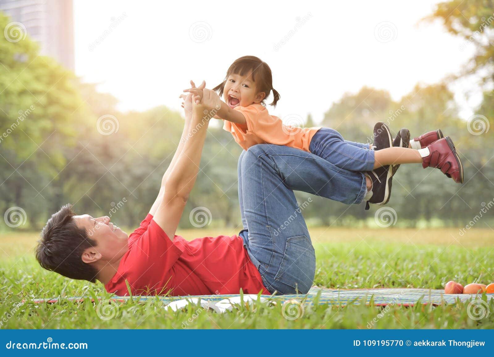 Ασιατικός πατέρας και η κόρη του που παίζουν από κοινού