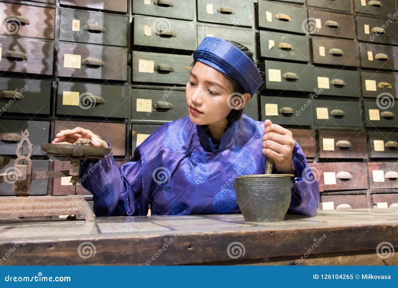Ασιατικός φαρμακοποιός που εργάζεται στο ασιατικό φαρμακείο