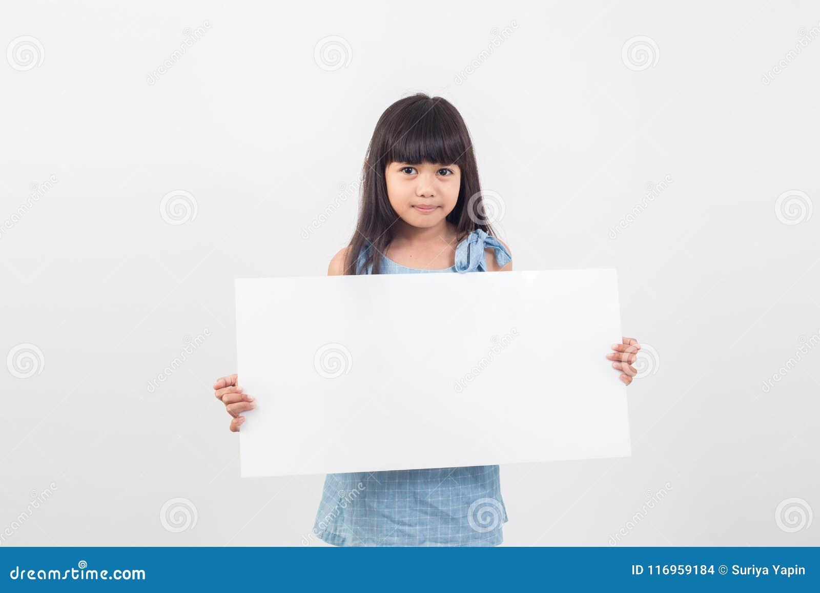 Ασιατικό κορίτσι σπουδαστών που κρατά μια κενή αφίσα για το κείμενο