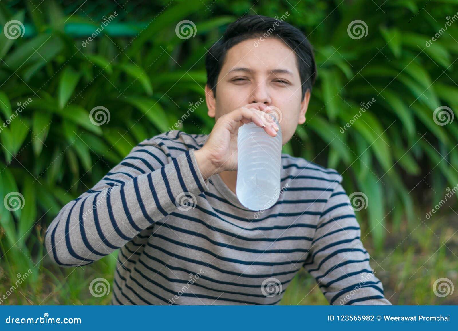 Ασιατικό νερό συνεδρίασης ατόμων και
