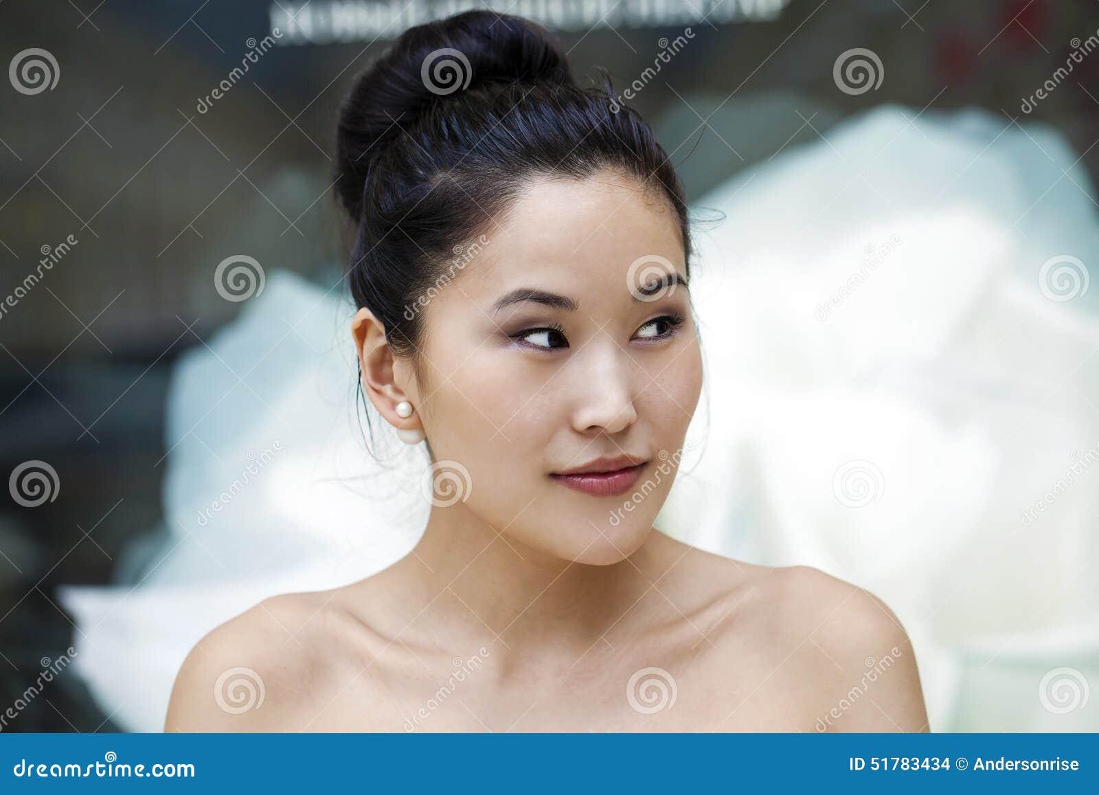 Ασιατικό πορτρέτο προσώπου ομορφιάς με την καθαρή και φρέσκια κομψή κυρία