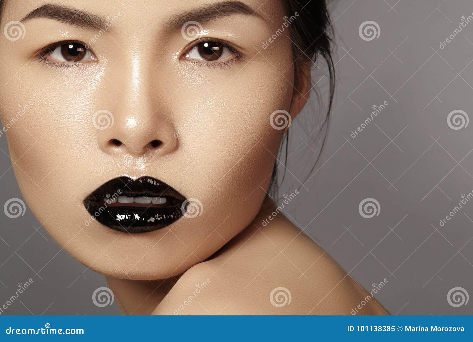 Ασιατικό πρότυπο πορτρέτου κινηματογραφήσεων σε πρώτο πλάνο με τη χειλική σύνθεση μόδας, καθαρό δέρμα Ύφος αποκριών ομορφιάς με τ