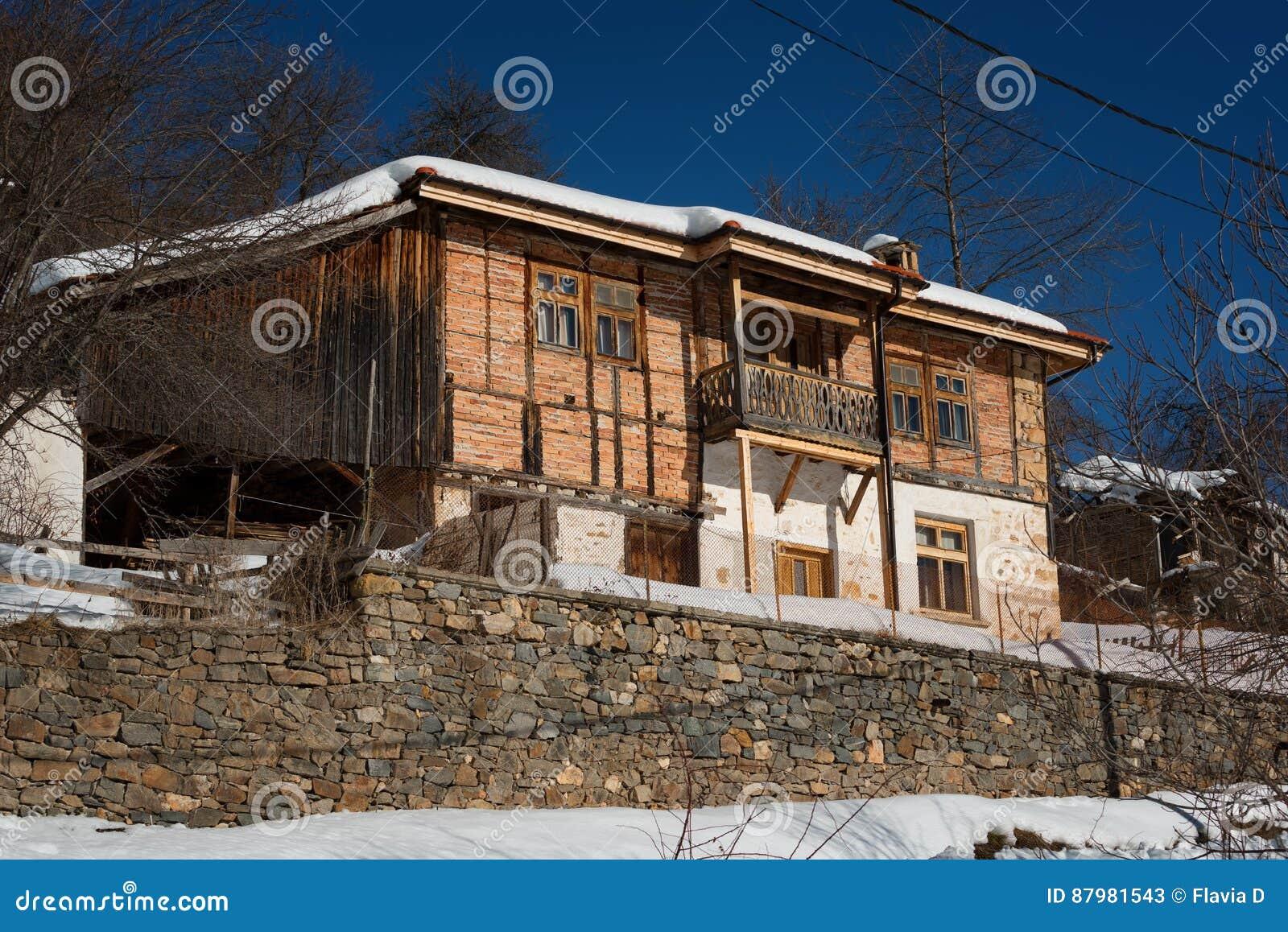 δασικό χειμερινό δάσος σκηνής λιμνών ειρηνικό Μικρό σπίτι στο βουνό σε μια ηλιόλουστη χειμερινή ημέρα Χιονώδες παραμύθι στη Βουλγ