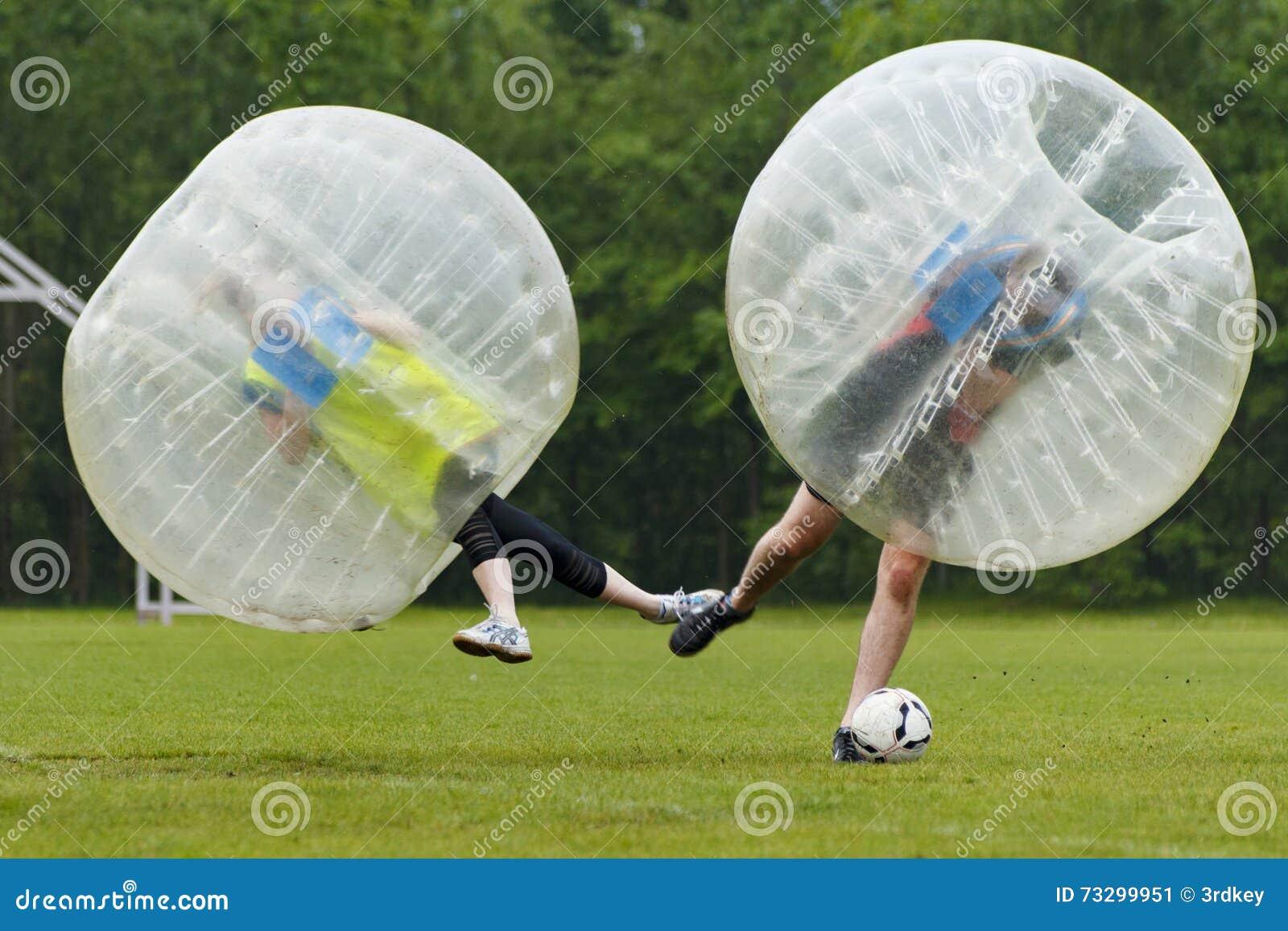 Αστεία στιγμή ποδοσφαίρου φυσαλίδων Έννοια: Διασκέδαση, αθλητισμός, πέταγμα