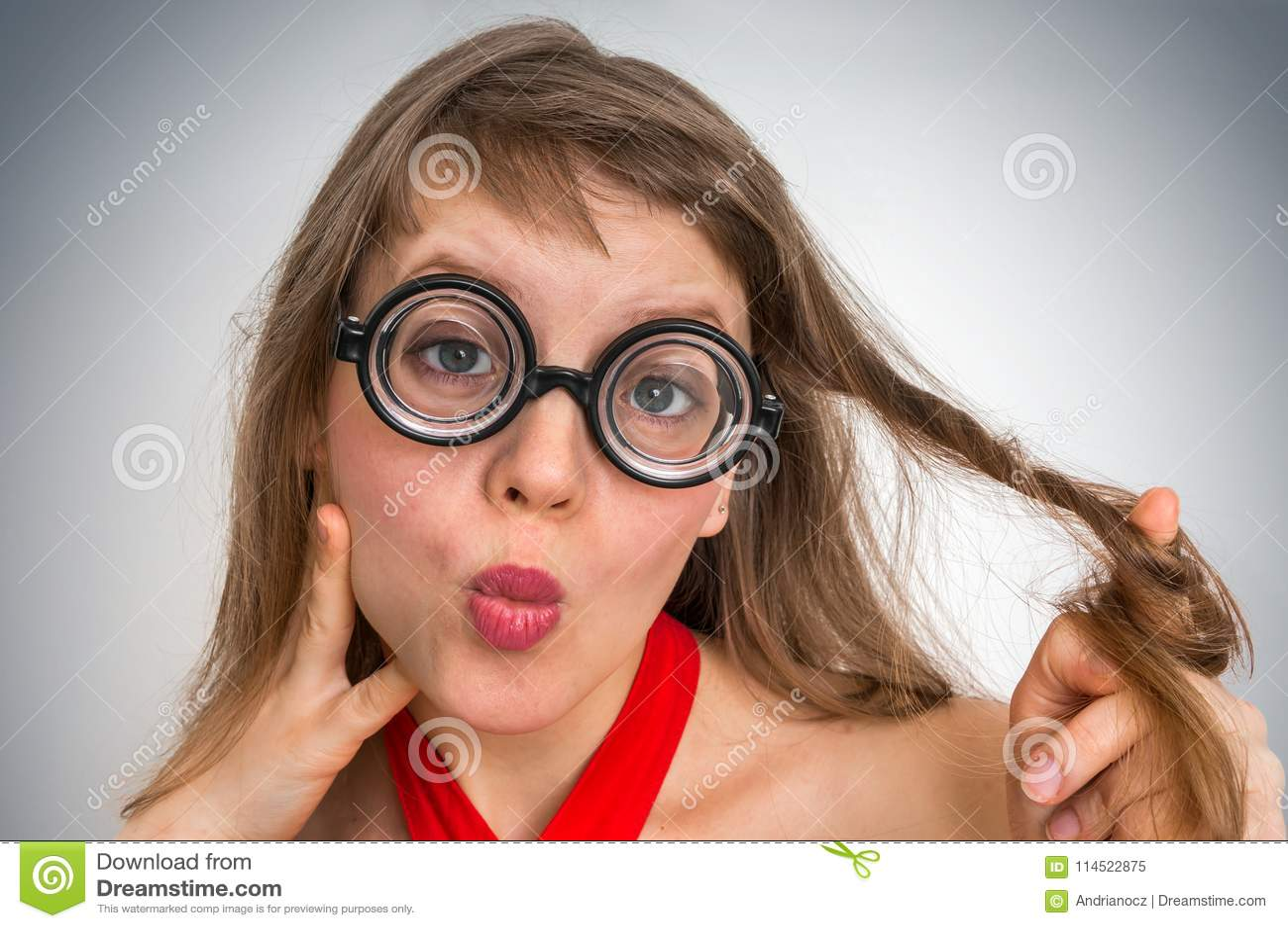 4265fbe3de Νέα αστεία nerd ή geek γυναίκα με τη σεξουαλική έκφραση στο πρόσωπο.  Περισσότερες παρόμοιες στοκ εικόνες