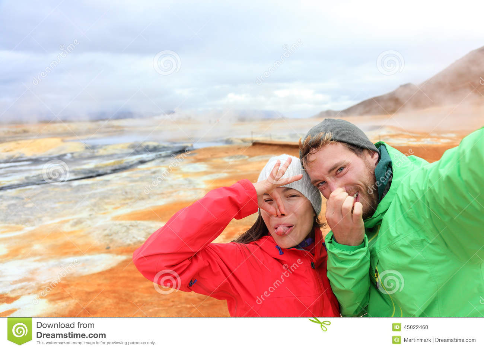 Αστείοι τουρίστες της Ισλανδίας selfie στο καυτό ελατήριο mudpot