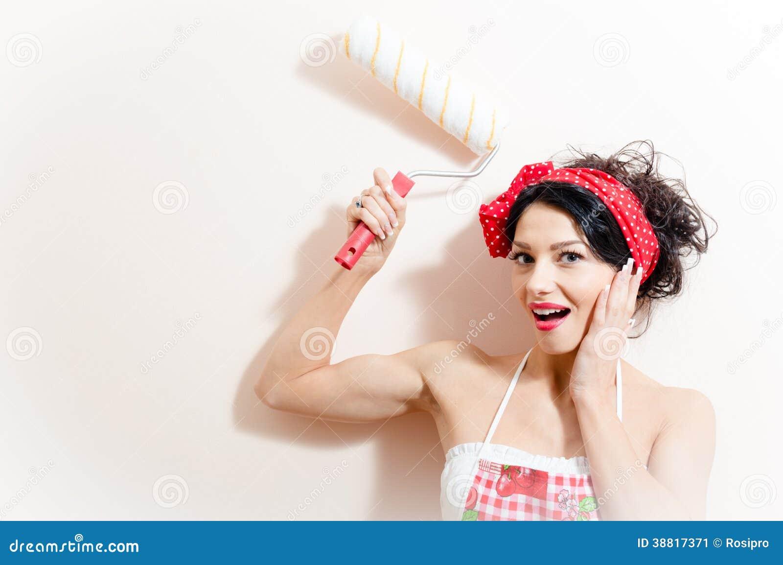 Αστείος γοητευτικός νέος brunette τοίχος χρωμάτων κοριτσιών pinup γυναικών όμορφος με το ευτυχές χαμόγελο πλακών στερέωσης κυλίνδ