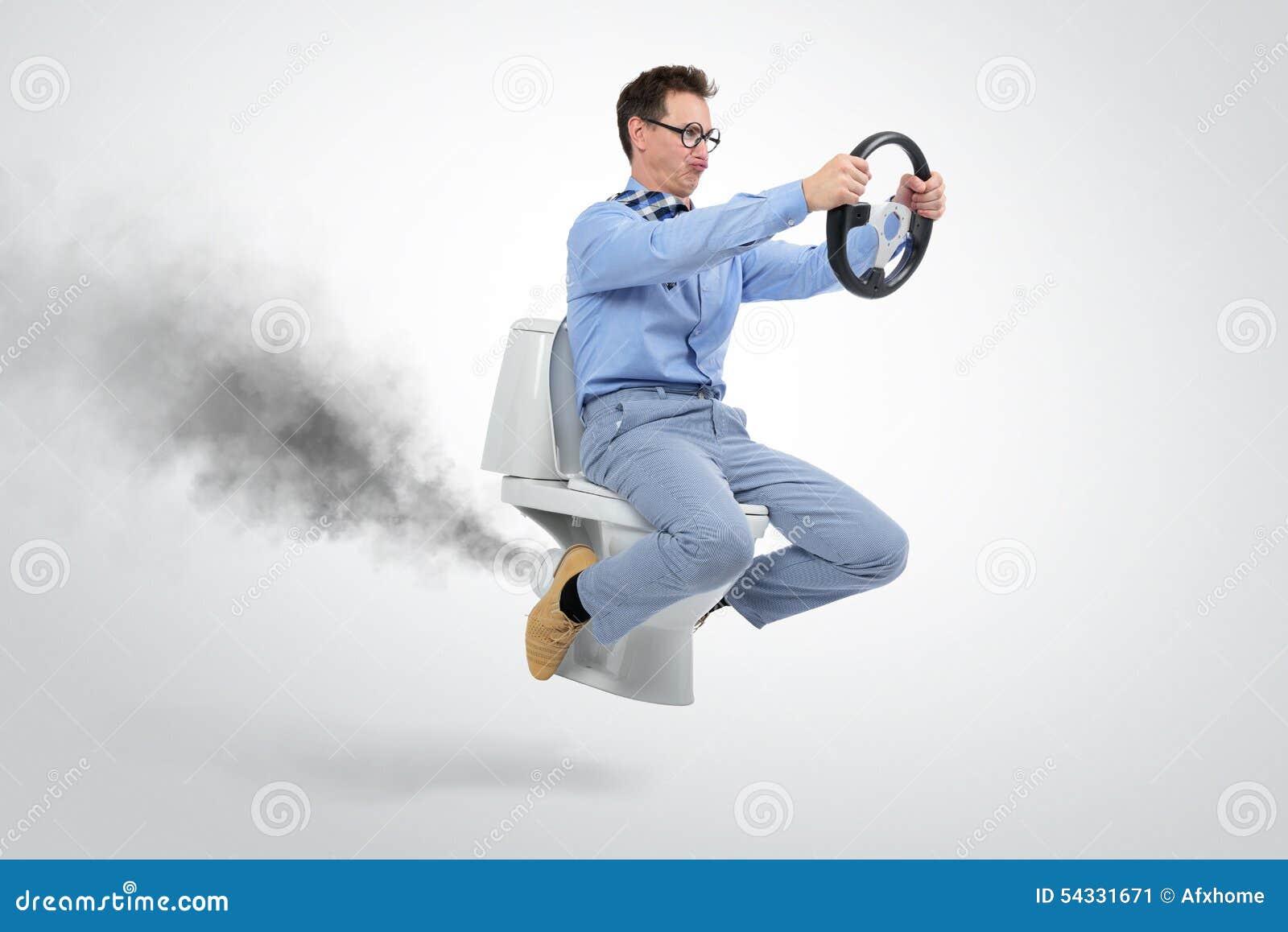 Αστείος επιχειρηματίας που πετά στην τουαλέτα